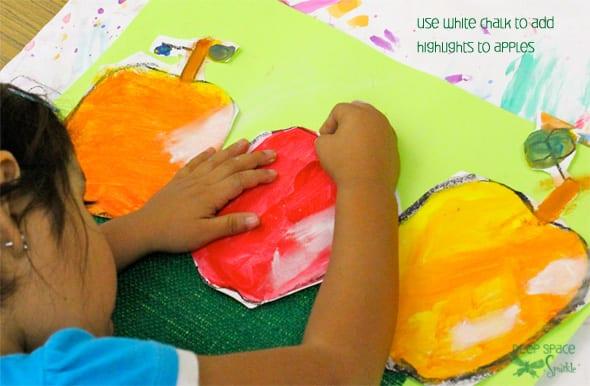 Tente este bonito projecto de desenho de maçãs com os seus filhos e depois experimente com cores para pintar as suas maçãs.