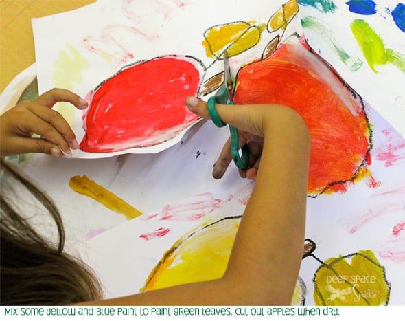 Tente este lindo ofício da maçã com os seus filhos e depois experimente com cores para pintar as suas maçãs.